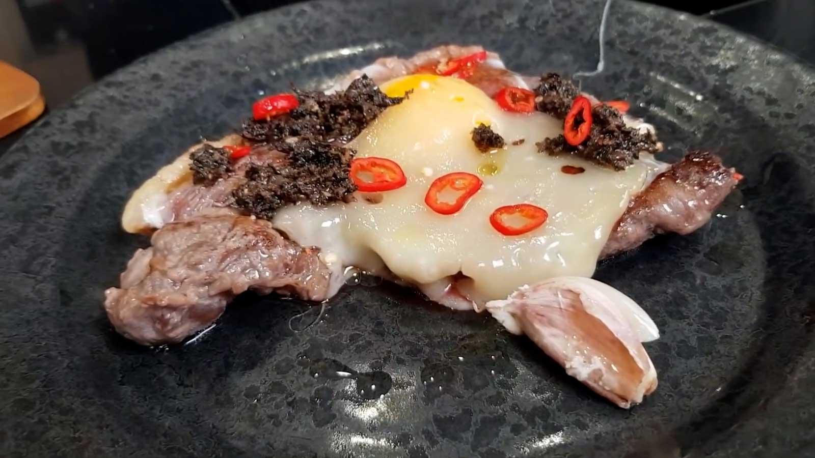 Bistecca Con Uovo, Formaggio E Salsa Con Tartufo